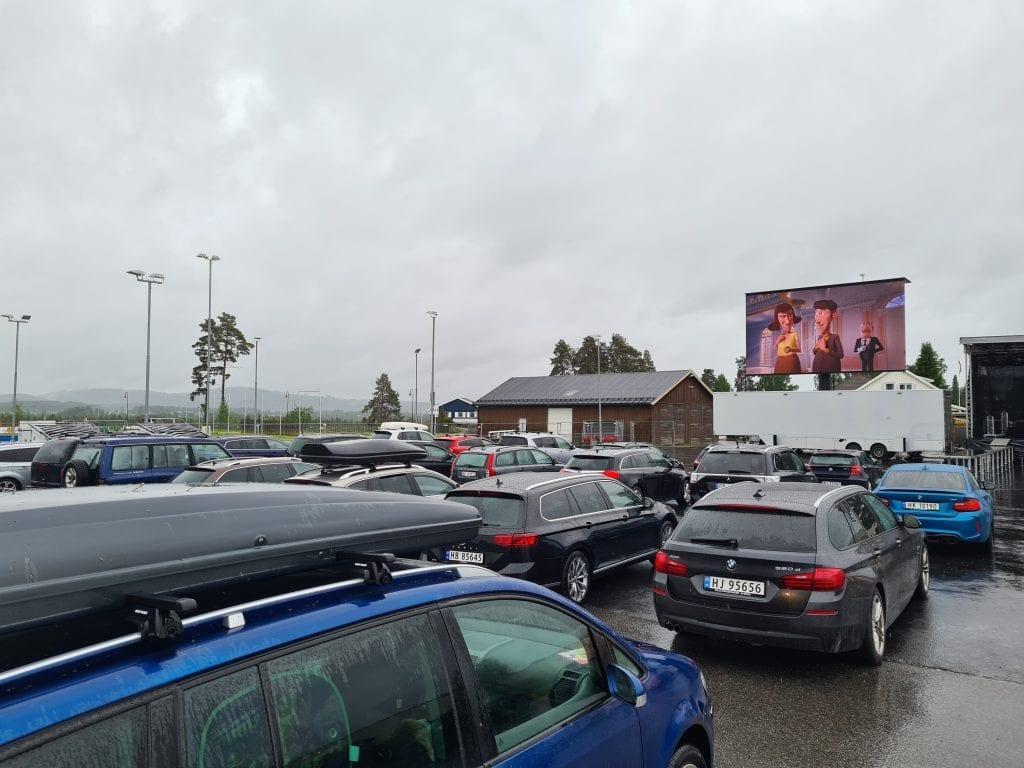 KULT OPPLEGG: Drive-In kino på denne størrelsen har neppe blitt arrangert i Solør tidligere. Lørdagen fortsetter med konserter med Mari Bølla og Spelloppmaker.