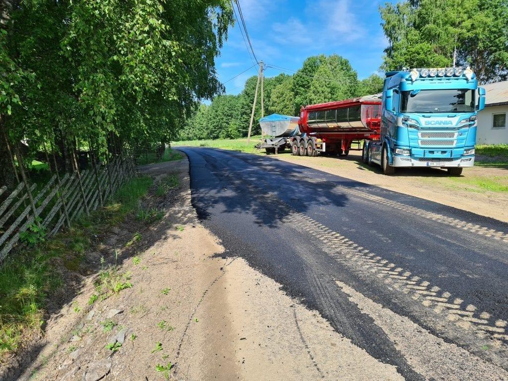 SVART LØPER: Ottadekket i Beitnesgrenda blir denne uka erstattet med ny asfalt. Hele vegen fra fylkesveg til fylkesveg får nytt dekke. Investeringen koster Åsnes kommune rundt 1,2 millioner kroner.