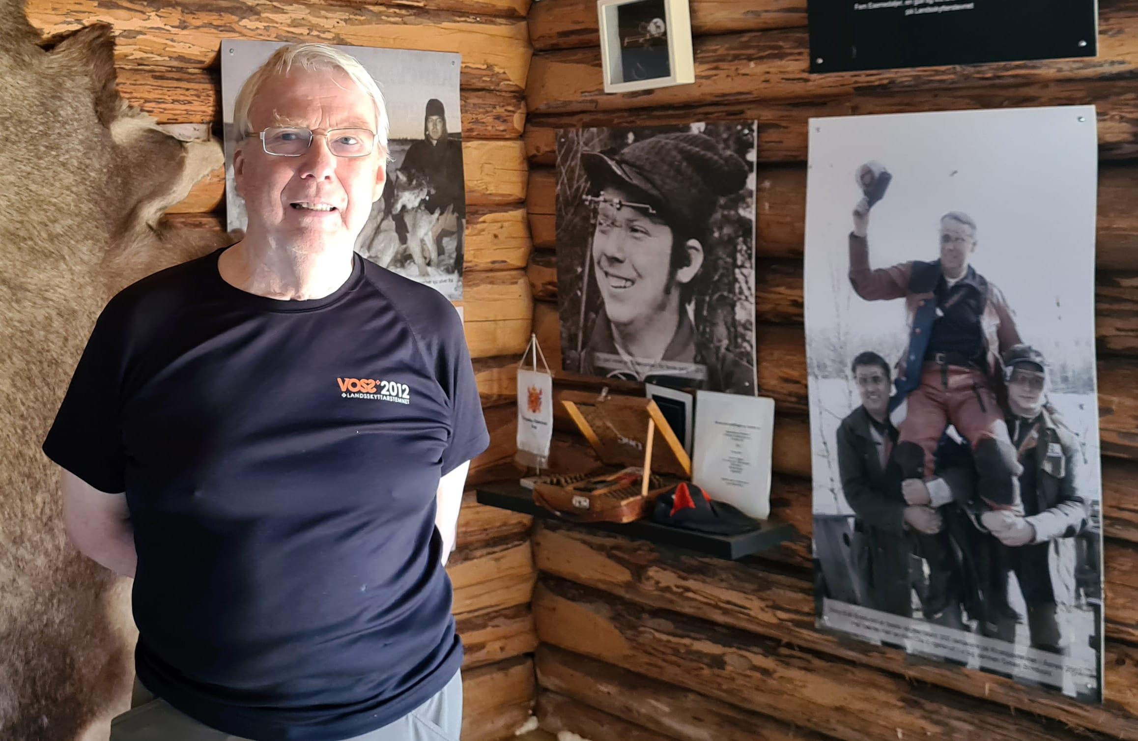VIL IKKE MENE NOE: I juni besøkte Stein Erik Bredvold utstillinga i Bredvoldstua for første gang etter at den ble flyttet inn i nye lokaler på Gravberget gård. Åsnes-politikernes ønske om å ta utstillingen hjem vil han ikke mene så mye om.