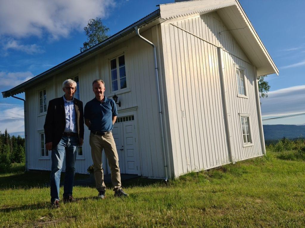 VIKTIG FOR GRENDENE: Ordfører Ola Cato Lie (til venstre) og næringssjef Arild Lande i Våler mener mobil og bredbånd er svært viktig infrastruktur for fortsatt å kunne bo på Våler Finnskog.