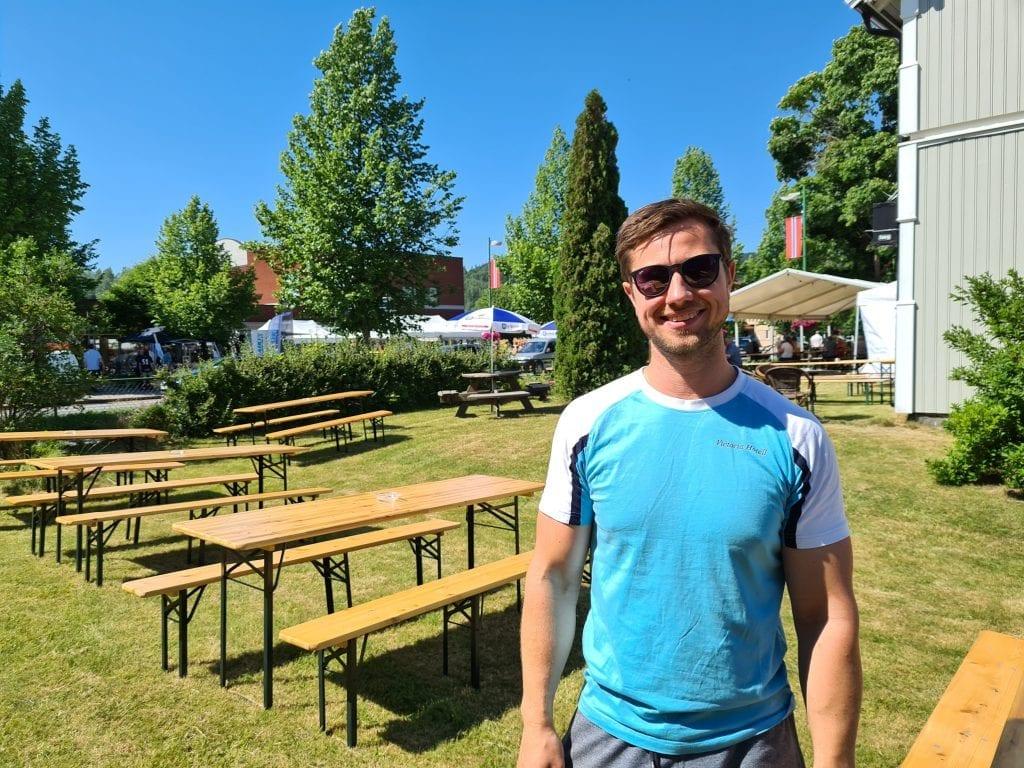 GOD AVSTAND: I hagen til Victoria Hotell er det satt opp ekstra benker med god avstand. Jonas Juvberget ber folk ikke flytte på benker og bord for å opprettholde avstand.