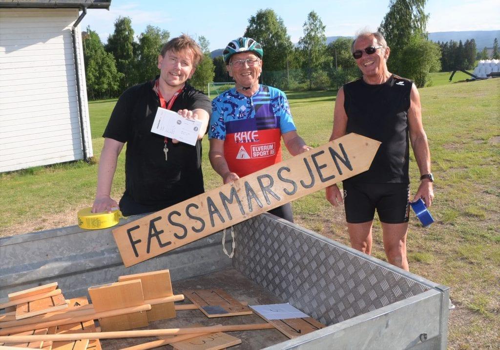 MERKER OPP LØYPA: Braskereidfoss IL er klare med deltagerkort og turmarsjtraséer. Merking og skilting er noen av forberedelsene Tor Jostein Sørlie (fra venstre), Per Åge Bjerke og Arne Otto Øxseth gjør til Fæssamarsjen.