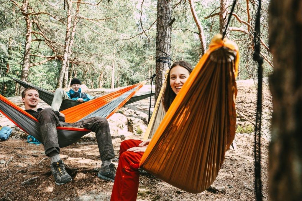 NORGESFERIEN 2020: Ta med deg vennene dine på tur i naturen i sommer. Det er helt gratis! Norsk Friluftsliv spår at dette blir sommeren hvor flere prøver seg på å sove ute i naturen. Foto: Eivind Haugstad Kleiven.