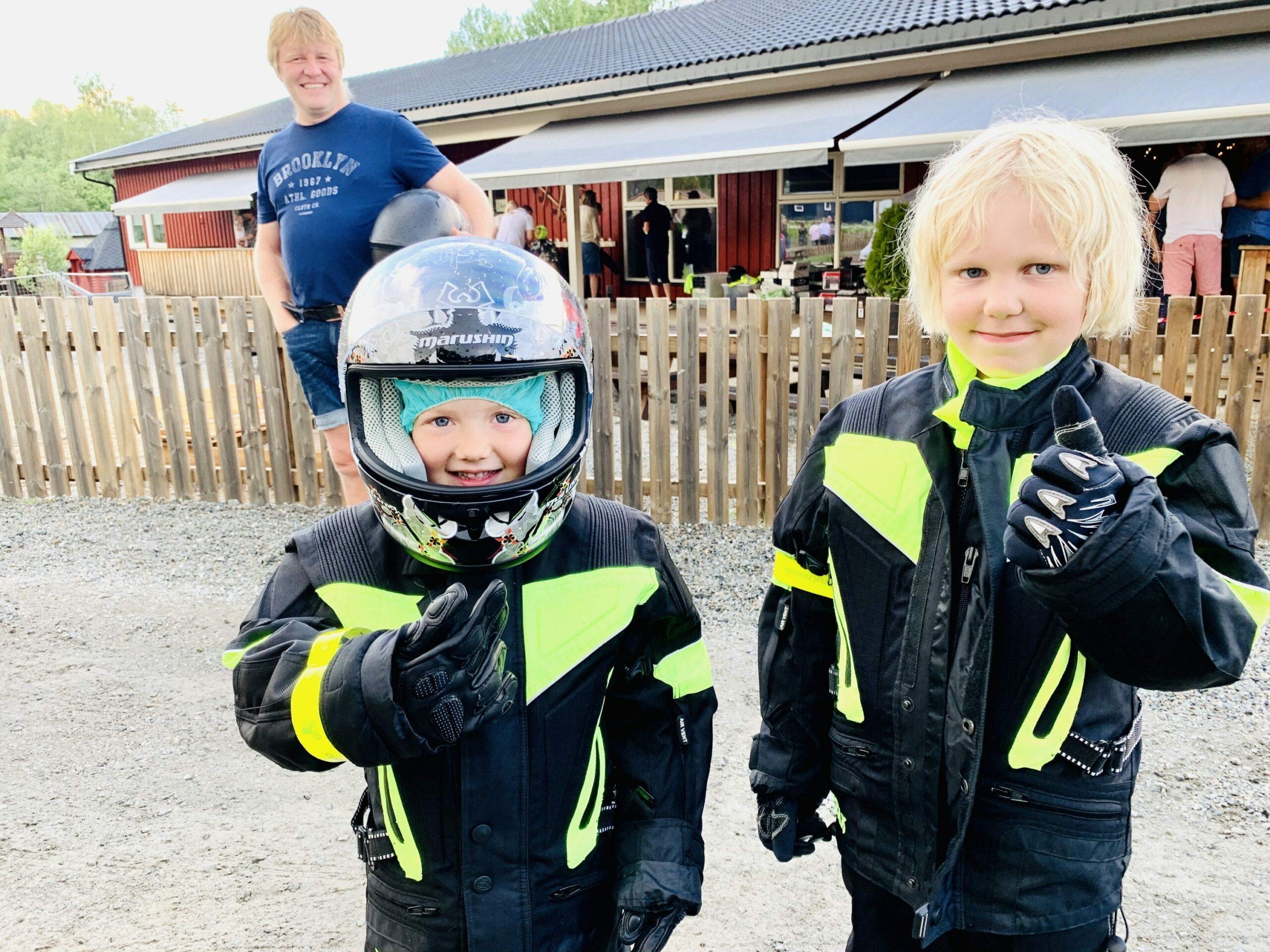 MORO: Sofie Elida (6) og Emil (6) gir motorsykkelturen tommel opp i motorsykkelhanske. Foto: Liv Rønnaug B. Lilleåsen