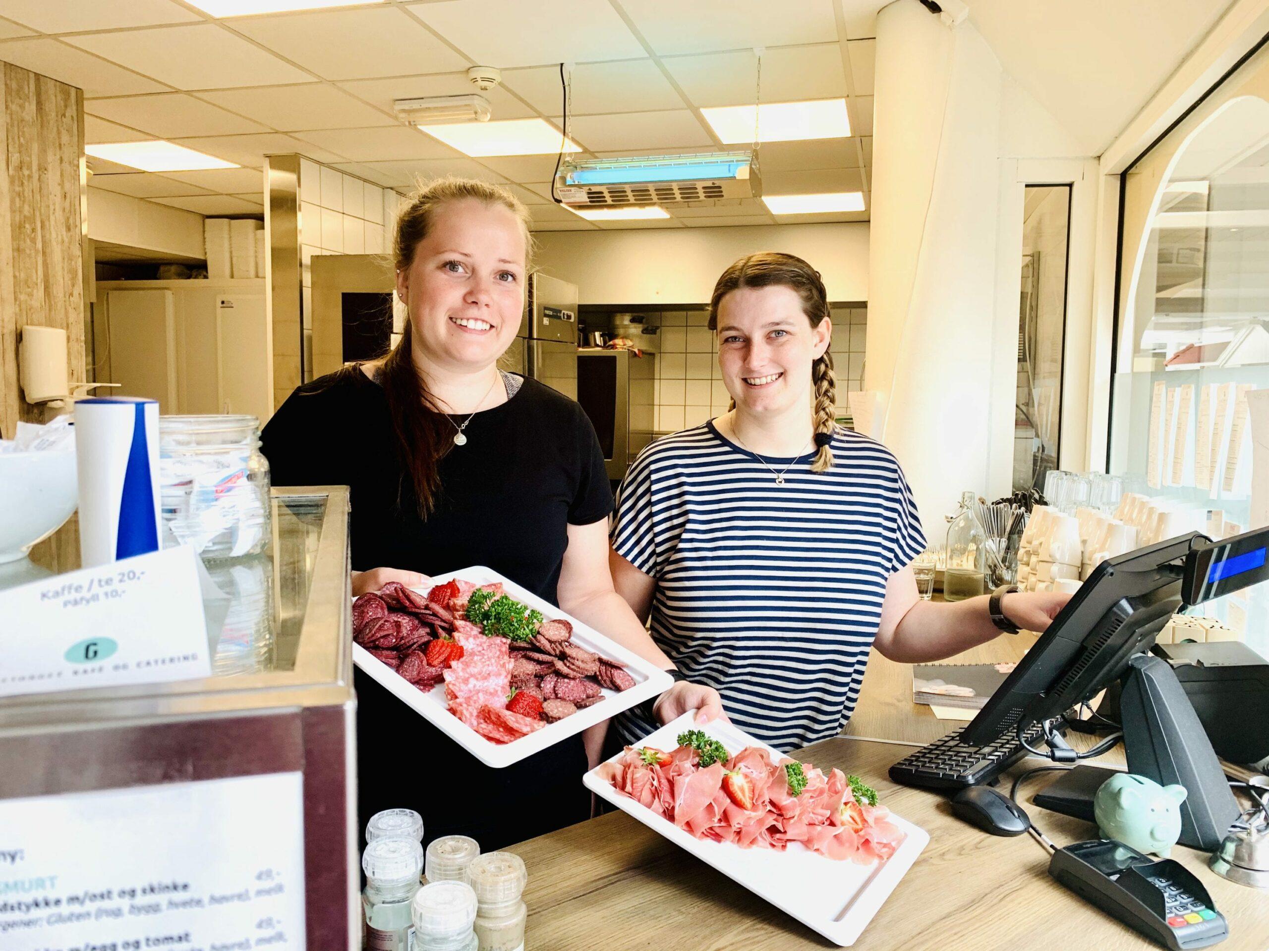 SER FRAMOVER: Helga og Karoline legger en god handelshelg bak seg og ser nå framover. Foto: Liv Rønnaug B. Lilleåsen