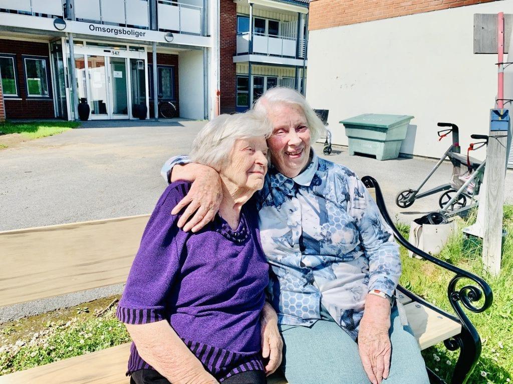 KOSER SEG: Jorunn Smestad (t.v.) og Marit Skyrud ved omsorgsboligene på Grue helsetun har fått to krakker rett utenfor døra si. Foto: Liv Rønnaug B. Lilleåsen