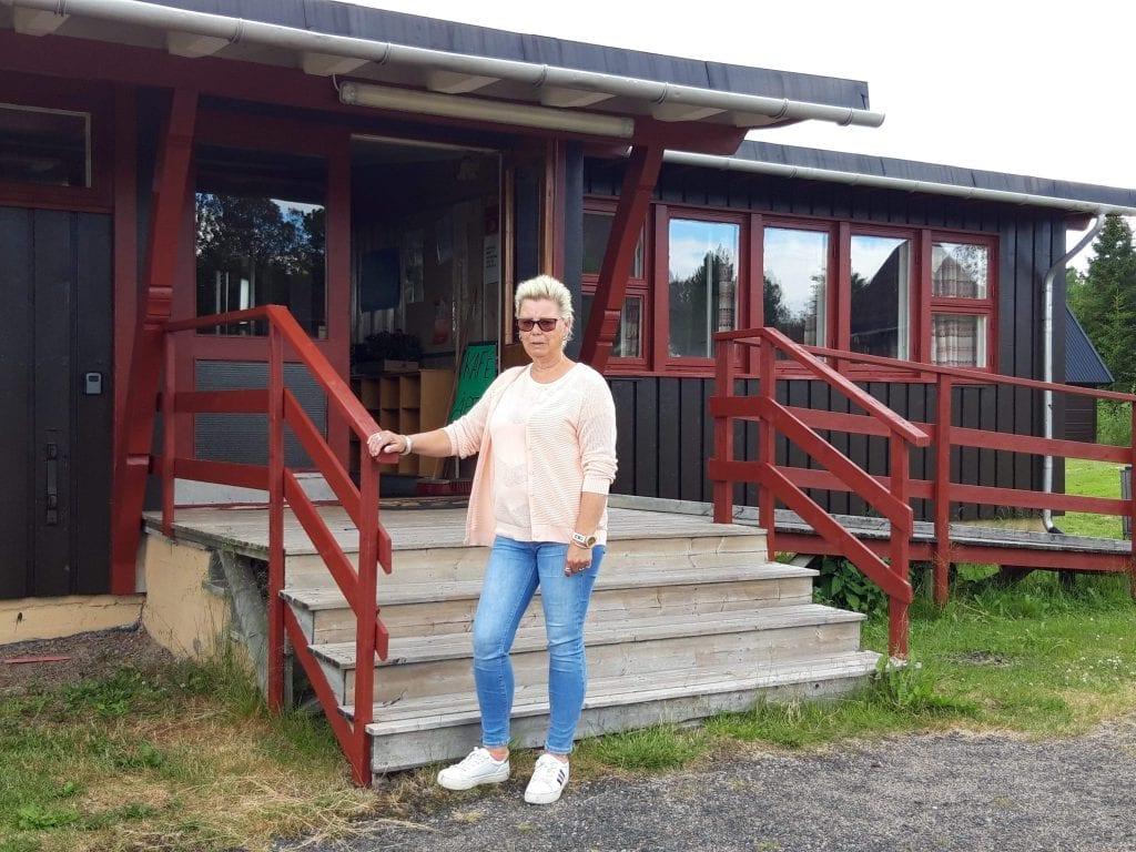 ÅPNER ONSDAG: Sommerkafeen i Gravberget åpner onsdag. Nina Kristin Åsskau Jansen er nyinnfløtt gravbergsing og skal være med på å holde kafeen åpen gjennom sommeren.