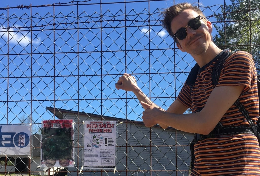 UTEN FELLESSTART I ÅR: Start og mål for Risberget Rundt er som før ved paviljongen ved Kynnbrua. Der er det hengt opp info om løpet som Martin Øsmundset her påpeker. Foto: Tom Arne Stormo