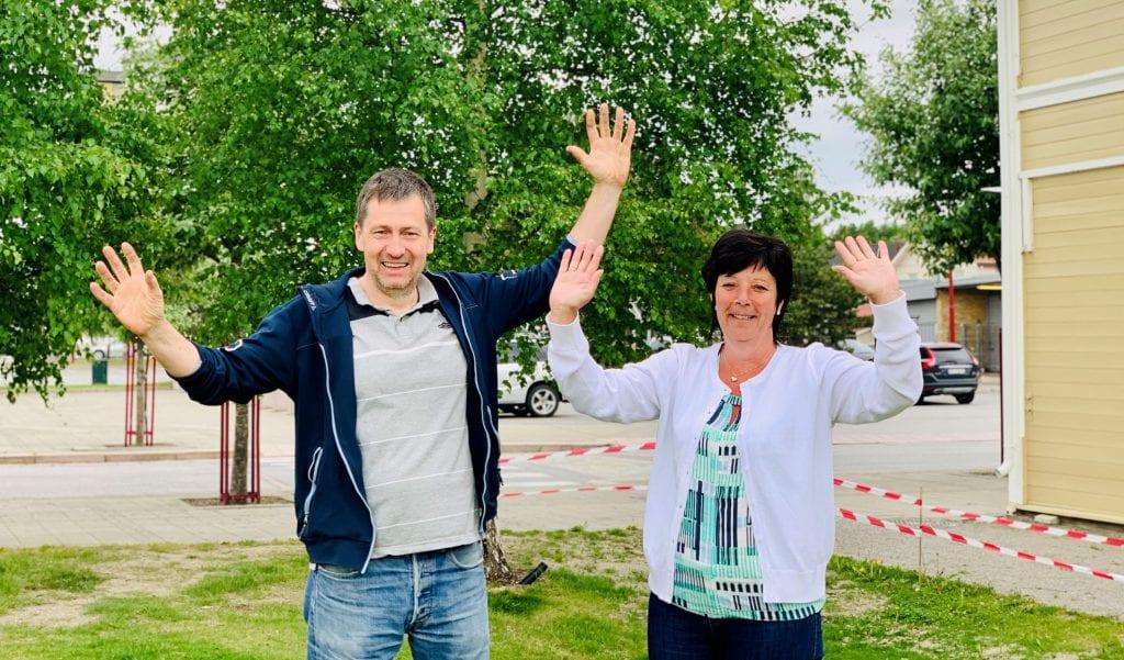 VELKOMMEN: St.Hans-komiteen her ved Stein Amundsen og Aina Nordli ønsker velkommen til en annerledes, men trivelig St.Hans-feiring 19.-20. juni. Foto: Liv Rønnaug B. Lilleåsen