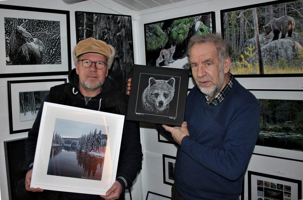 VELKOMMEN TIL SKOGS: Hver søndag i juli kan du oppleve kunst og musikk på Nordre Lønnhaugen. Kjell Ivar Wålberg (til høyre) har fått med seg Roy Lønhøiden både som musiker og utstiller i år.