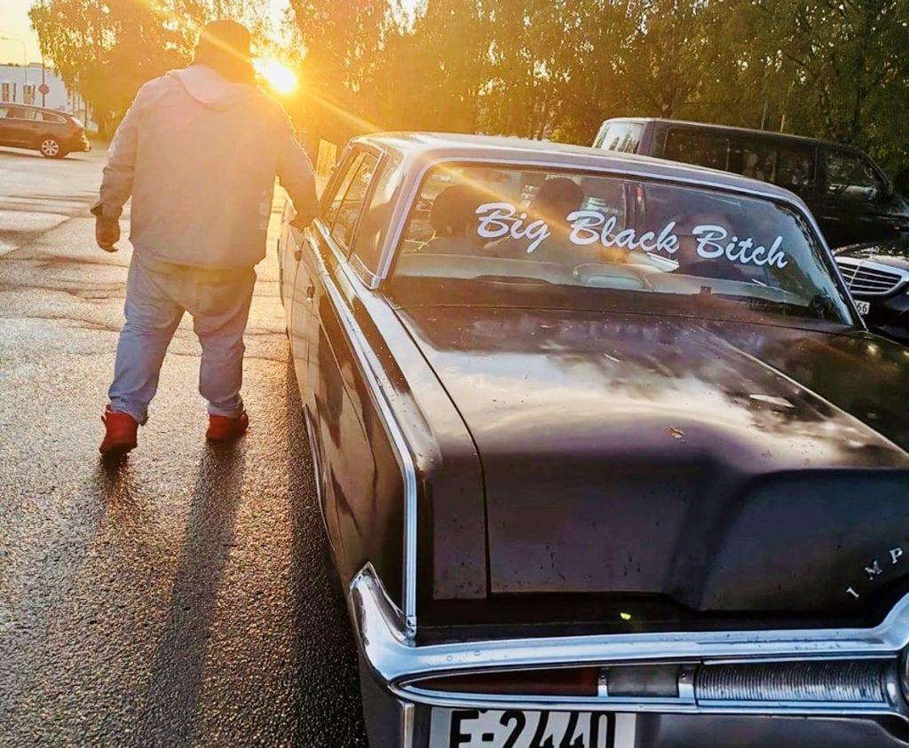 MED DRØMMEBILEN: Lørdag 6. juni er Torodd Overåsberget og hans Big Black Bitch klar for drive in-dag med konserter og kino utenfor Åsneshallen. Foto: Raggarbaumen/Instagram