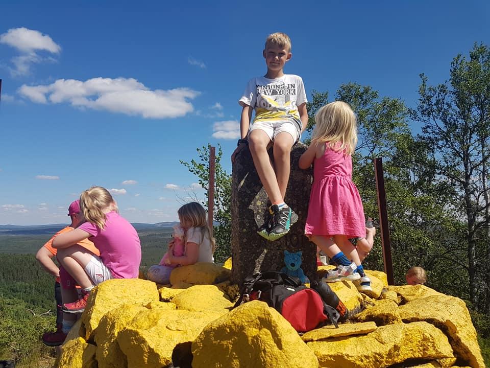 SOMMERAVSLUTNING: Med strålende sol og topp utsikt ble det en fin avslutning for Barnas Turlag Solør. Foto: Barnas Turlag Solør