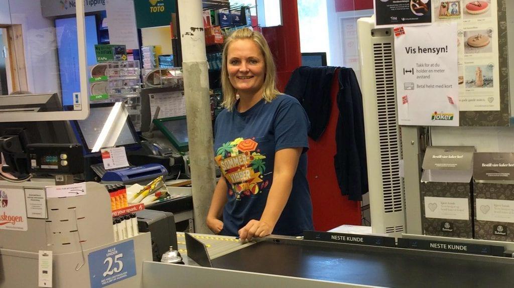 HAR REDDET BUTIKKEN: Stengt grense har reddet butikken på Svullrya fra avvikling. Susanne Larsen er glad for at butikken nå har fått en økonomisk buffer til grensene åpner igjen.