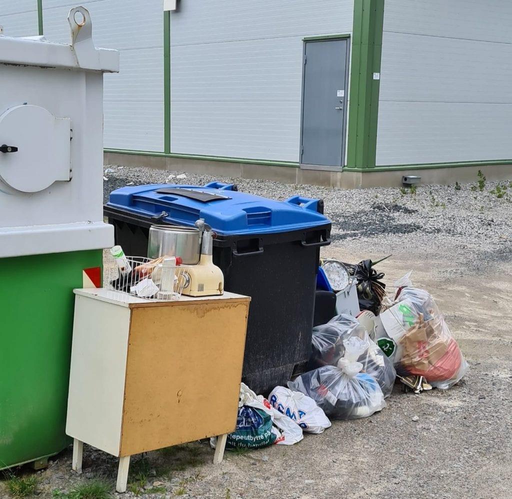 SLIK KAN VI IKKE HA DET: Ved hytterenovasjonen på Grinder flyter søplet. Hytteeier, Mari Kluge Johnsen, er oppgitt over folks holdninger. Hun minner om at det er åpen gjenvinningsstasjon daglig i Kongsvinger.