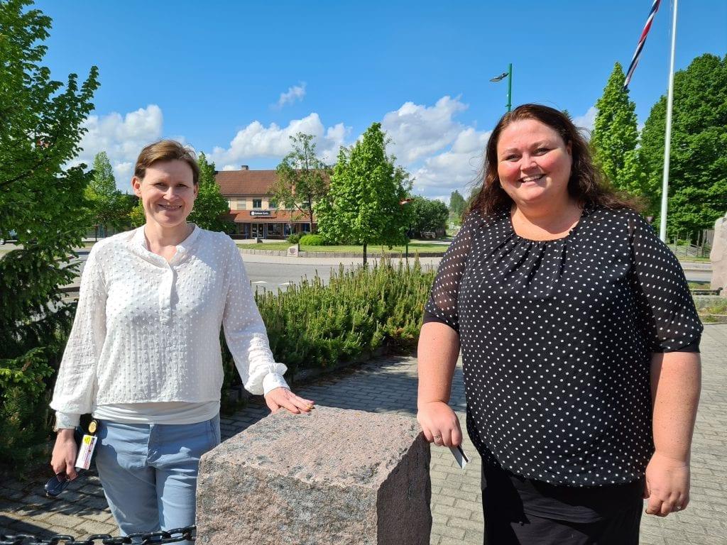 NYTT SMITTETILFELLE: Denne uka er det påvist koronasmitte hos en besøkende i Åsnes kommune. Kommuneoverlege Jorun Slettli (til venstre) og ordfører Kari Heggelund minner folk på å holde avstand og å vaske hender.
