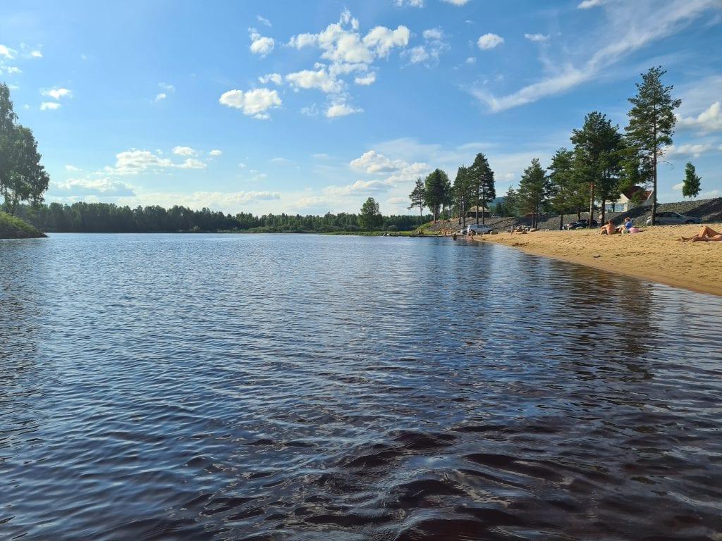 FANTASTISK BADESTRAND: Ved badestranda er det tilkjørt ny sand, og stranda strekker seg langt langs Flisaelvas bredd hvor Flisaelva møter Glomma ved Færder.