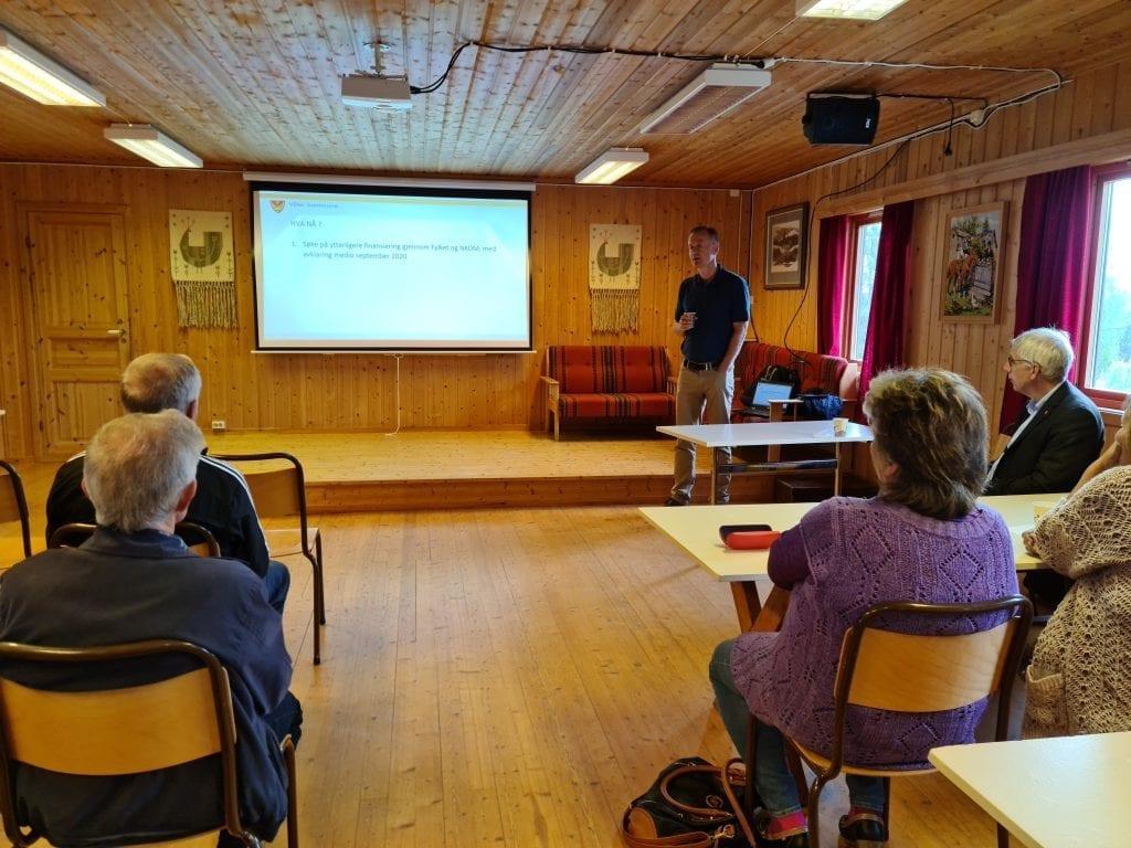 HÅPER PÅ LØSNING: Innbyggerne i Risberget og Gravberget er opptatt av å få bedre mobil- og internettdekning, og å sikre dekningen ved strømbrudd. Her fra informasjonsmøtet i Risberget 22. juni.