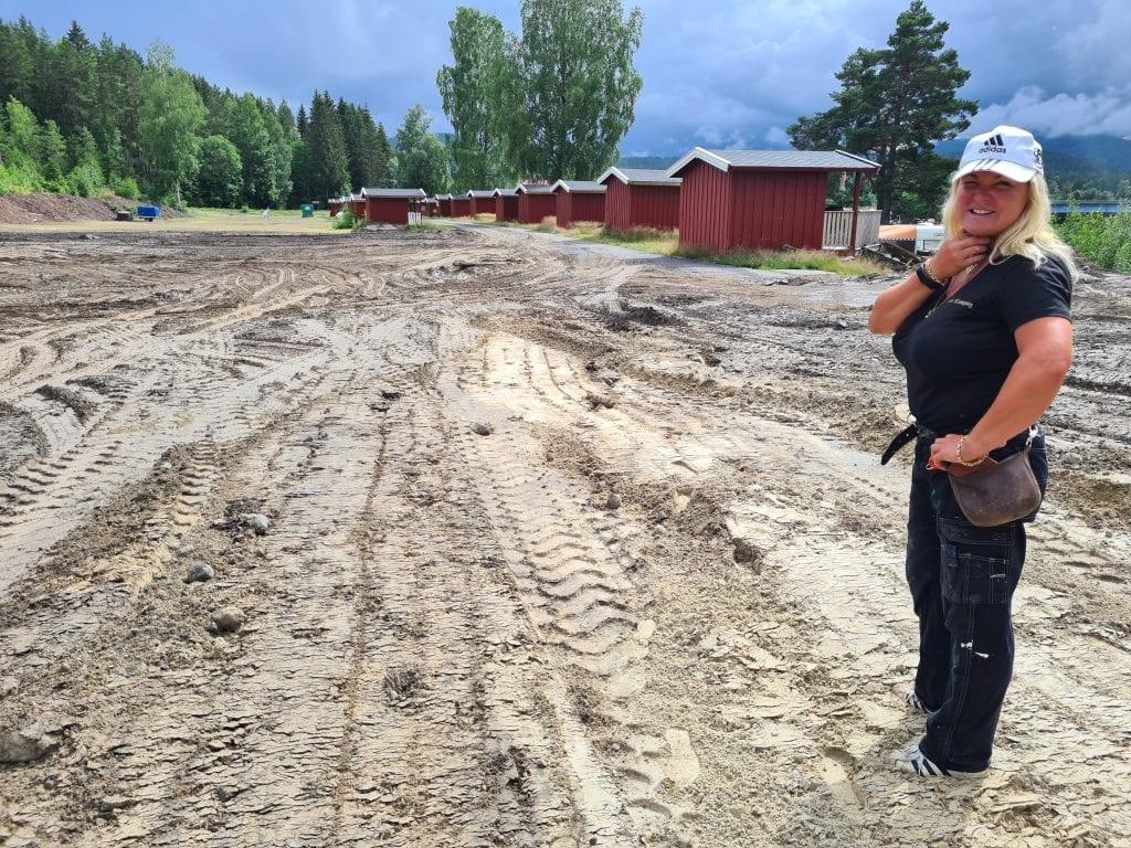UTVIDER STORT: Støa Camping på Braskereidfoss utvider stort. Lisbet Frisendal viser frem deler av området som blir til oppstillingsplasser for campingvogner og bobiler.
