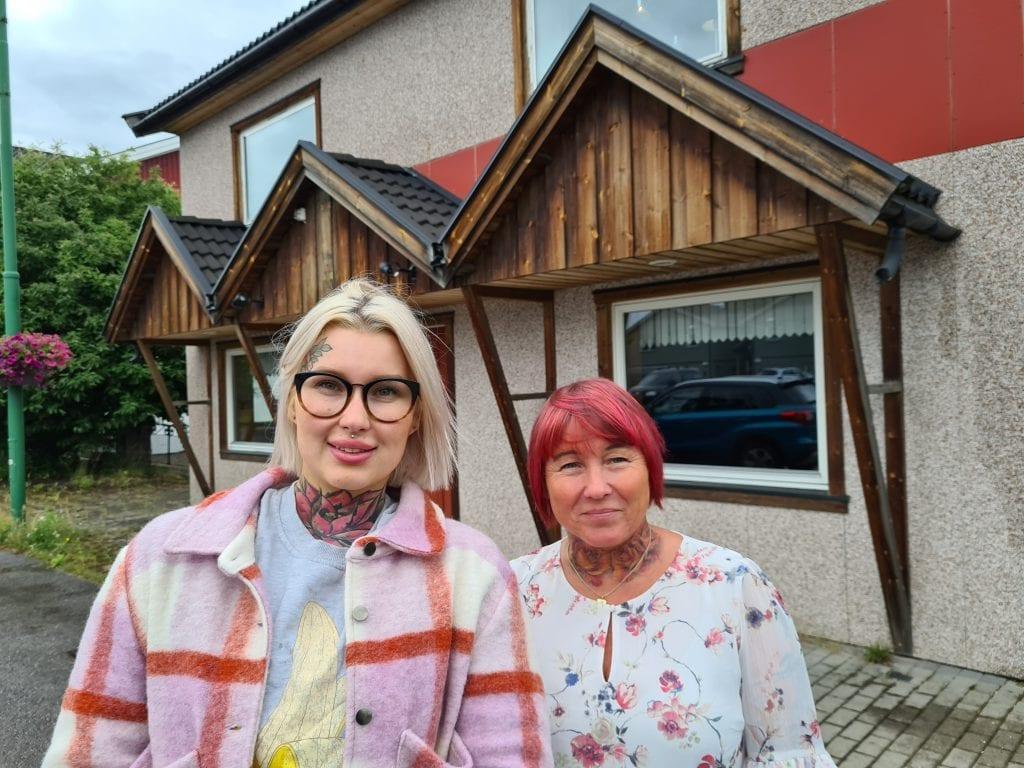 FLYTTER: I løpet av høsten flytter Connie Lindberg (til venstre) og Lise Bredesen Lindberg Frisørhjørnet fra stormarkedet og ned i Kaffegata. Nå vil de eie lokaler i stedet for å leie.