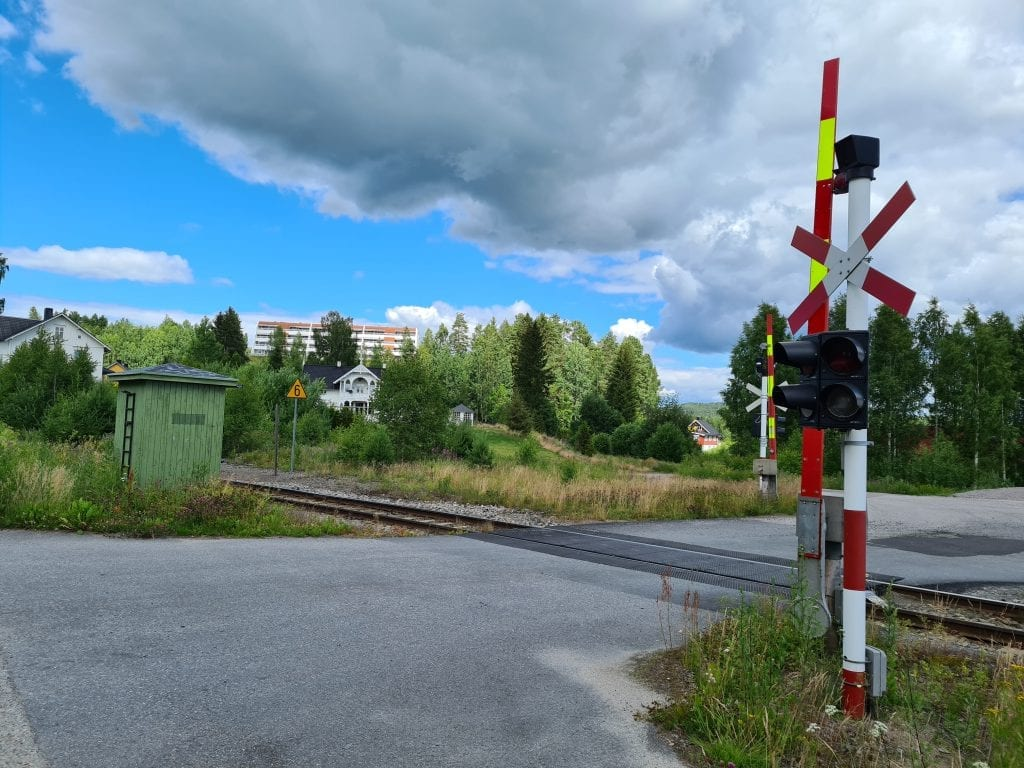 STOPP, SE, LYTT: Planovergangen ved Flisa stasjon er sikret, men Solørbanen har svært mange usikrede planoverganger. Du må alltid stoppe, se og lytte etter tog.