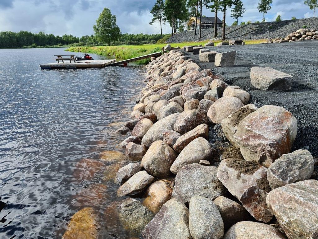 SKAL FORLENGES: Langs hele gressletta skal det anlegges steiner, slik at området får et mer maritimt utseende.