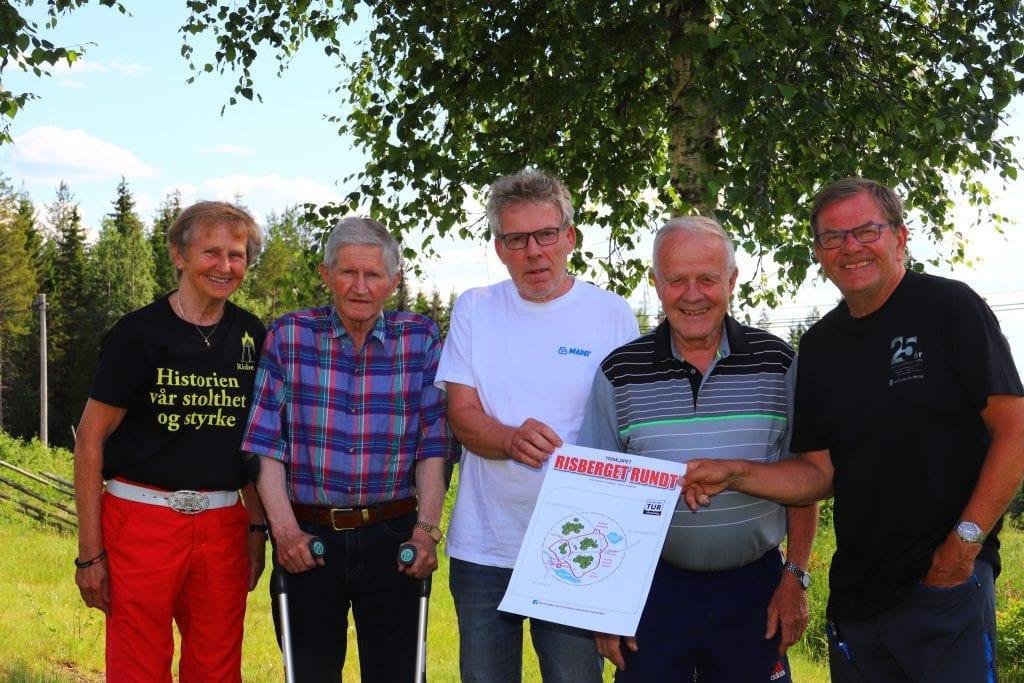 TAKKER FOR STØTTEN: Styret i Risberget Turforening gleder seg over støtten på 15.000 kroner fra Sparebankstiftelsen Hedmark. Støtten går til permanent merking av løypa Risberget Rundt. Fra venstre Bjørg Risberg, Jan Bølla, Mats Bergstrøm, Torleif Bølla og Erik Øsmundset. Foto: Trond Øsmundset.