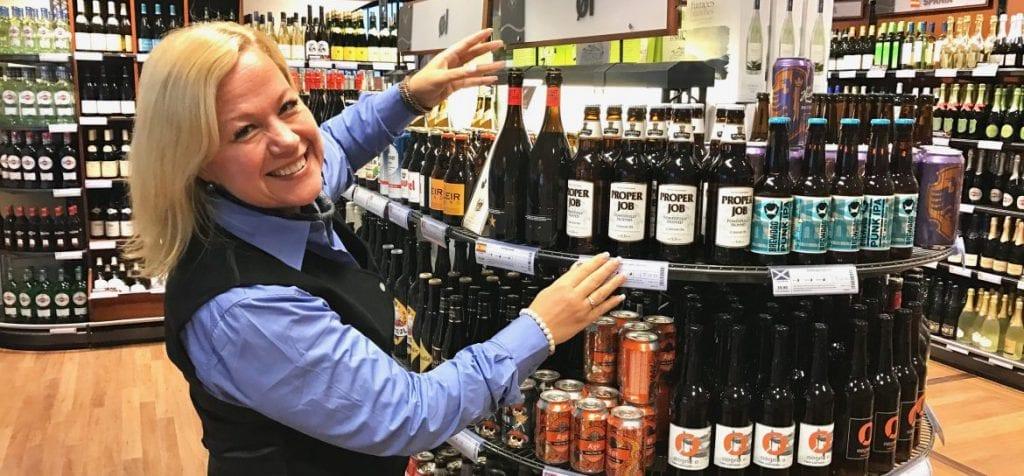 ØKER VOLDSOMT: Siden grensene stengte har salget doblet seg hos vinmonopolet på Flisa. Butikksjef Monica Sørpebøl har måttet ansette flere, og tror en del kommer til å fortsette med lokal polhandel også etter at grensene åpner igjen. Foto: Iren Carlstrøm, Mitt Kongsvinger.