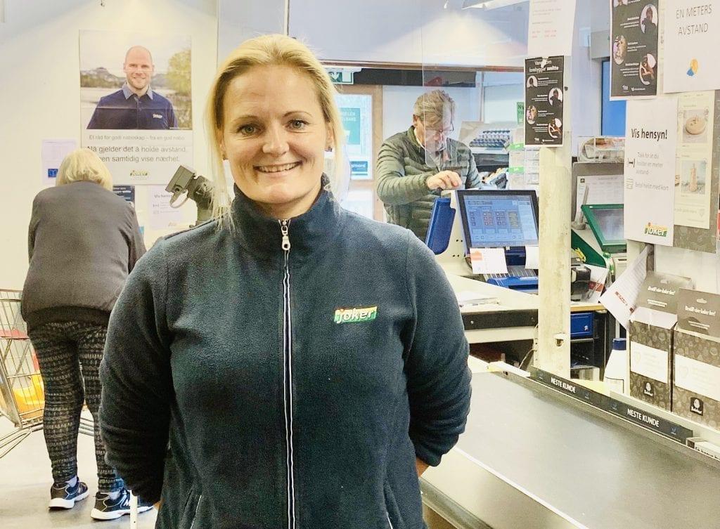 SIKRER DRIFTEN: Når konkurrenten på svensk side legger ned sikrer det driften av dagligvarebutikken på Svullrya. Butikksjef Susanne Larsen har likevel medfølelse for driverne som må avvikle i Sundelin.