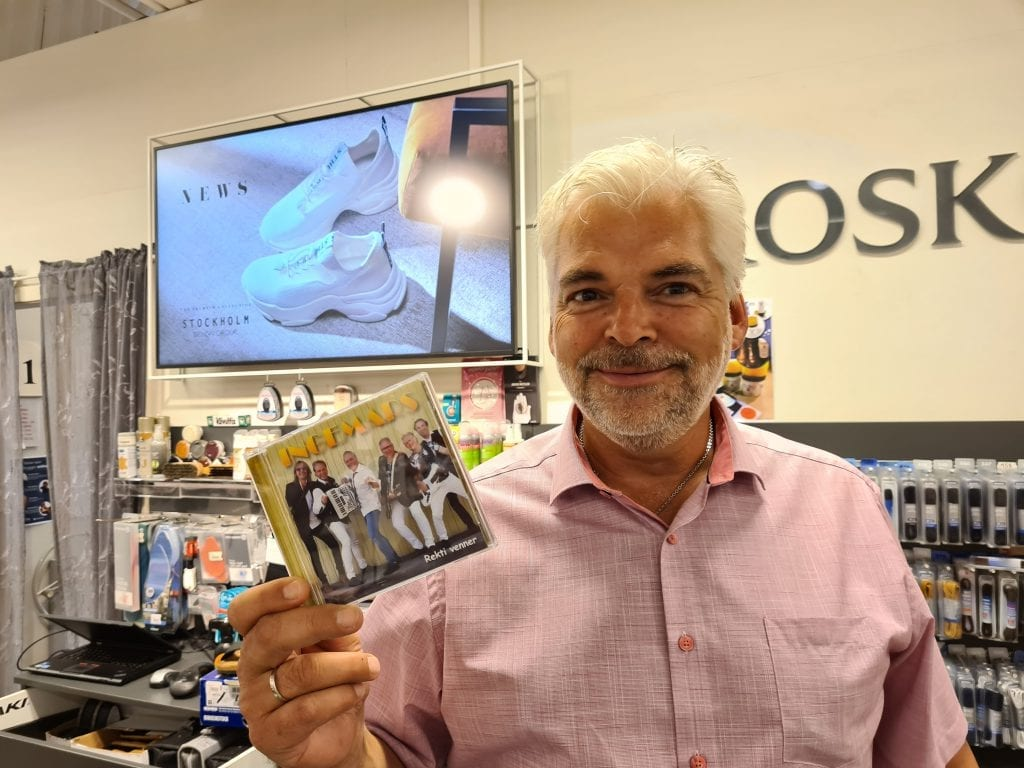 SELGER FORTSATT: CD-plata er ikke død. I hvert fall ikke hos Eurosko Flisa. Johnny Enger kan melde at det fortsatt går mye CD-er fra stativet.