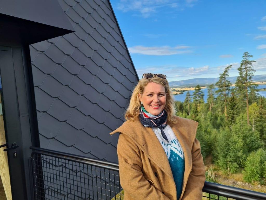 POSITIVT FOR REGIONEN: Christine Mowinckel hos PAN Tretopphytter er glad for at Kongsvingerregionen kom til Gjesåsen for å spille inn reklamefilm. Nå er hun spent på resultatet.
