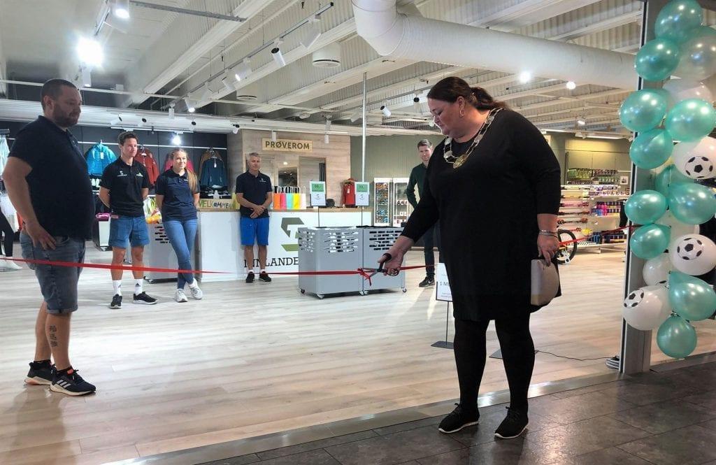 OFFISIELL ÅPNING: Ordfører i Åsnes, Kari Heggelund, klippet den røde snora og erklærte Innlandet Sport for åpnet torsdag 20. august.