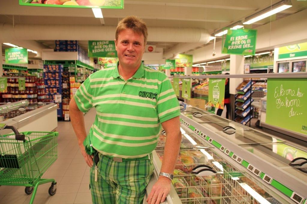 HAR FORTSATT BRA VEKST: Selv med åpne grenser kan butikksjef Morten Botilsrud ved Kiwi Flisa vise til 30 prosent vekst. Nylig har butikken ansatt fire nye medarbeidere som følge av veksten.
