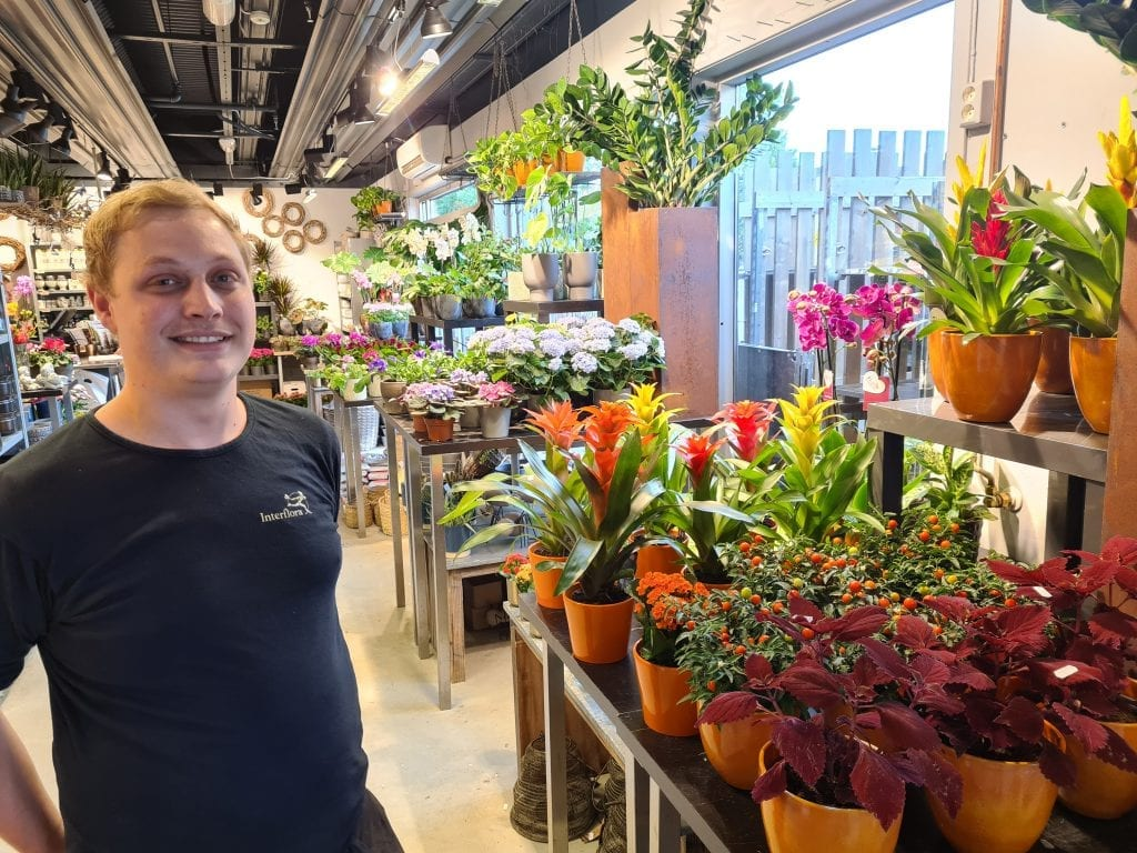 UTVIDER LOKALENE: Når Frisørhjørnet flytter overtar Interflora Marihøna lokalene. Chris André Tjernsli Hansen ser frem til utvidelsen.
