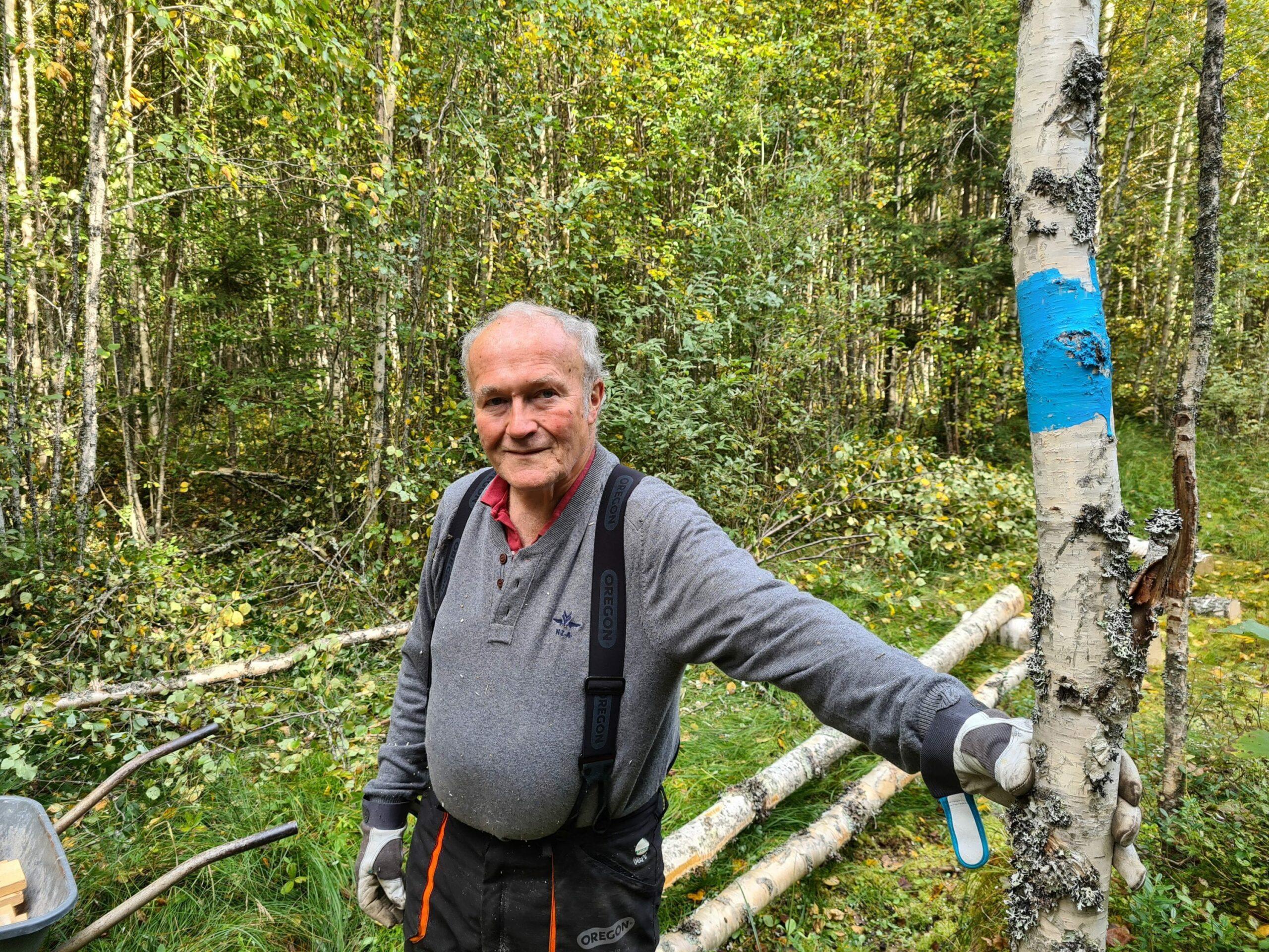 TRENGER FLERE HJELPERE: DNT Finnskogen og omegn avd. Solør søker flere som kan bli med å holde stier ved like. Knut Larsson har ansvaret for denne stien ved Trangenpasset, og sier det å være stifadder gir glede for både han og andre.