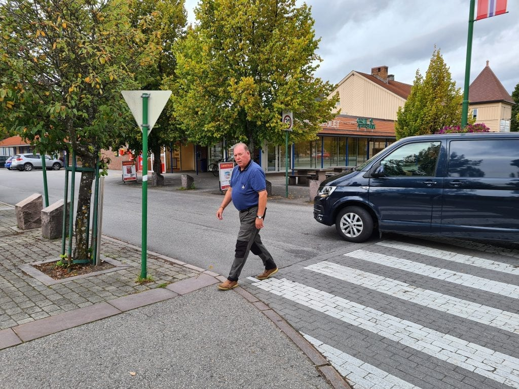 VIL STOPPE UTKJØRING: Trafikksikkerhetsutvalget i Åsnes vil lage enveiskjørt gate ved Extra. Per Erik Engen ønsker med det at biler som skal ut igjen i Kaffegata må kjøre om stormarkedet eller Europris.