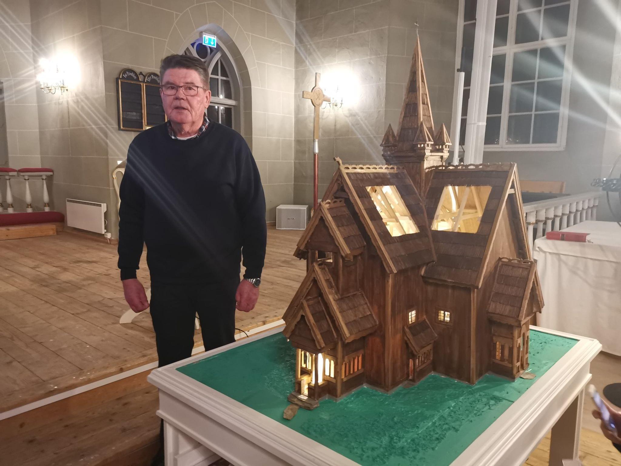 SLIK SÅ DEN UT: Ole Reidar Mellem har bygget en modell av gamle Grue kirke slik den så ut før kirkebrannen i 1822. Kirken var en stavkirke fra 1200-tallet. Modellen har han gitt til Grue menighet.