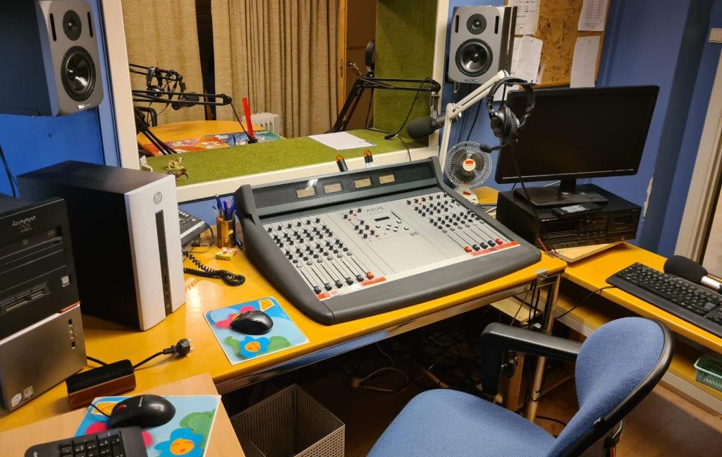 KJØPER ALT: SolørRadioen har kjøpt eiendelene fra konkursboet til Våler Nærradio. Blant annet for å sikre historiske dokumenter og lydfiler for ettertiden. Her fra hovedstudioet som har vært på lufta flere kvelder i uka i over 30 år.