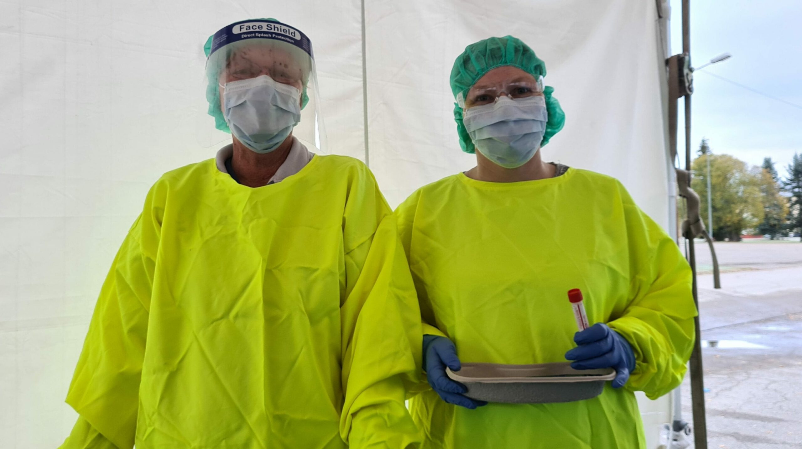 TESTER MANGE: De ansatte som jobber ved koronasenteret på Haslemoen er beredt til å teste hundrevis av solunger også i tiden som kommer. Selve testen gjøres med en vattpinne i munn og nese.