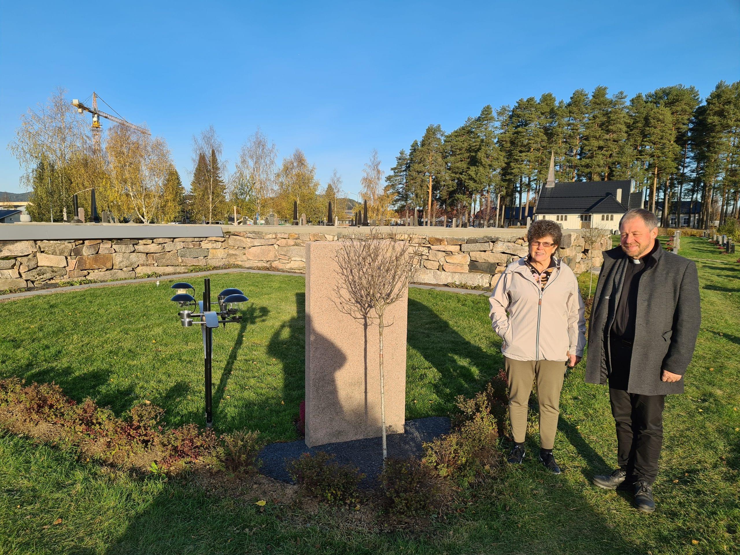 NAVNET MINNELUND: Ved den gamle kirkemuren er det etablert en navnet minnelund i Våler. Kirkeverge Marit Kilen og sokneprest Einar Vannebo forteller om etterspørsel etter et slikt gravsted i Våler. Flere urner er allerede senket.