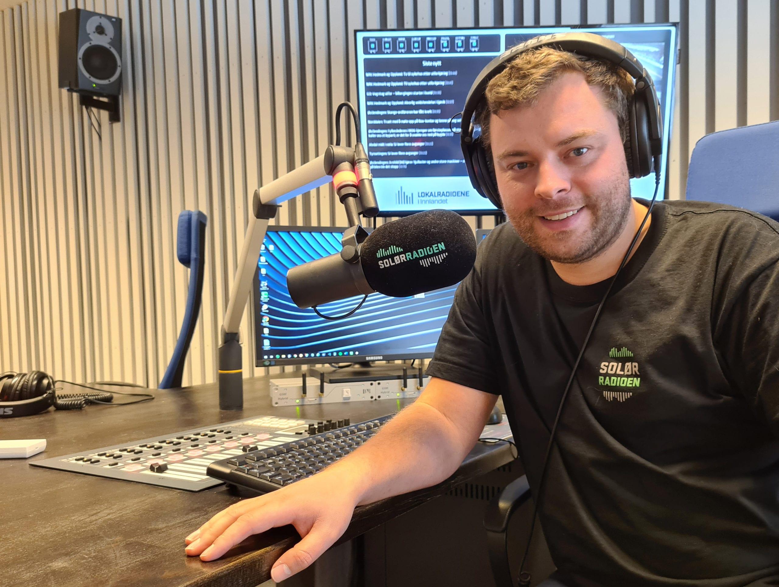 GRUNN TIL Å SMILE: SolørRadioen har nesten firedoblet lyttertallene sine, etter at Kantar TNS begynte å spørre folk også utenfor Solør om de hører på SolørRadioen. Kanalen vokser fra 4.851 lyttere i 2. kvartal til 19.096 lyttere i 3. kvartal. Det er flere lyttere enn Solør-kommunene har innbyggere, noe daglig leder Bjørn-Martin Brandett har all grunn til å smile for.