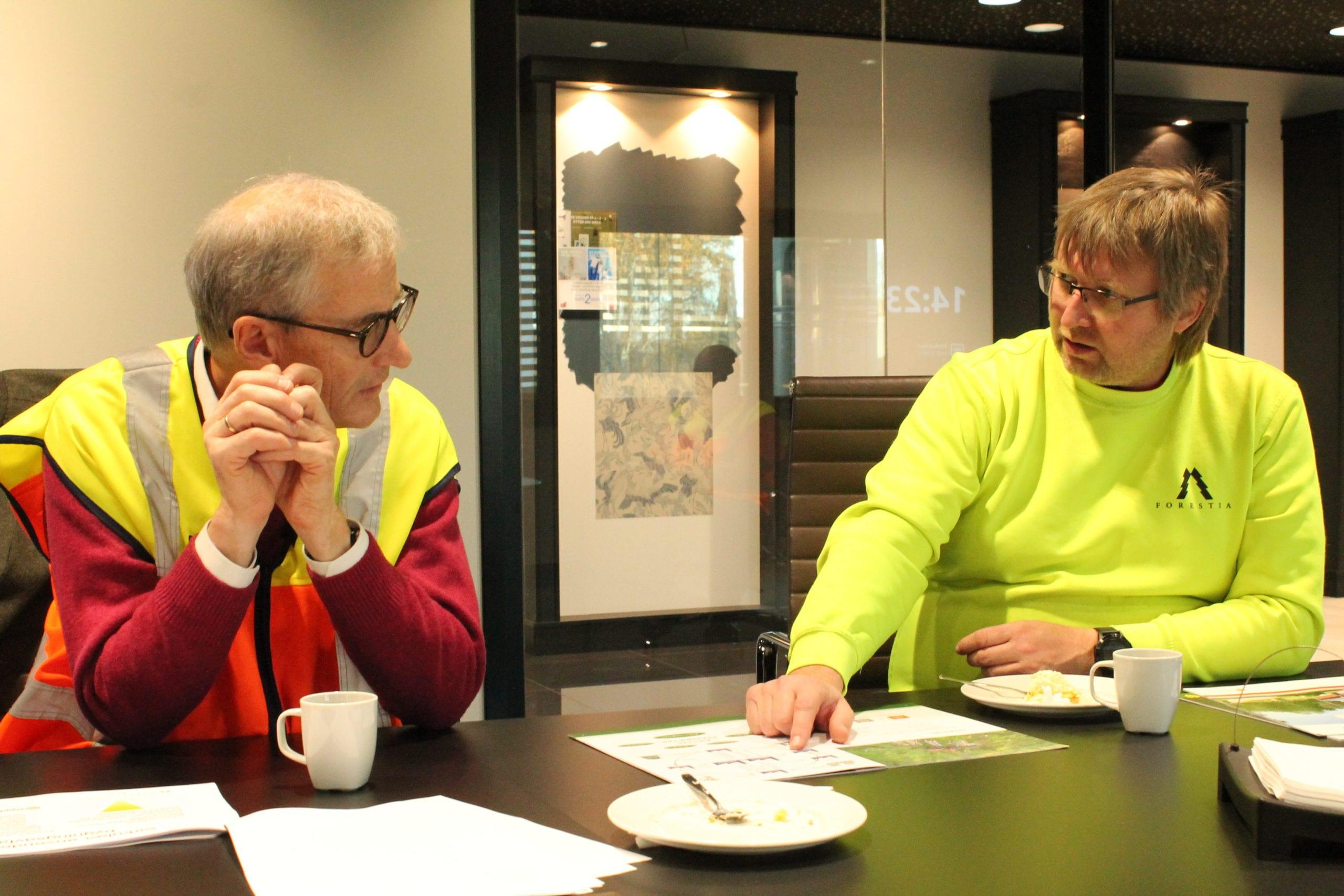 LOVER STØTTE: Jonas Gahr Støre lover støtte til bygging på Forestia om Arbeiderpartiet kommer i posisjon. Fabrikksjef Espen Svenneby likte lovnadene fra partilederen.