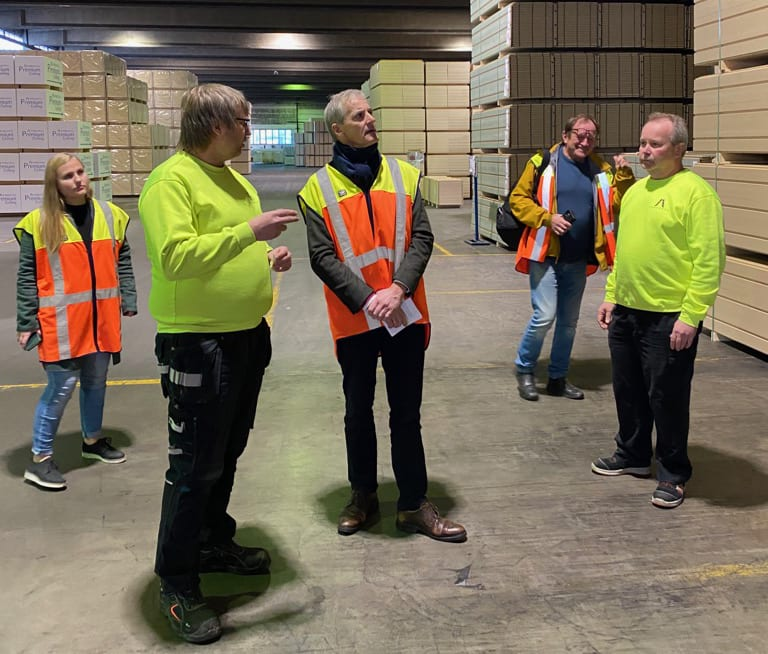 TOK SEG GOD TID: Jonas Gahr Støre tok seg god tid da han besøkte Forestia torsdag. Han lot seg imponere over produksjonen ved fabrikken.