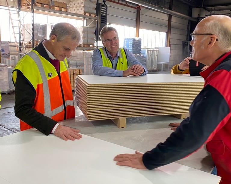 TOK SEG TID: På Forestia er det stor produksjon av sponplater, og Jonas Gahr Støre brukte god tid for å bli bedre kjent med fabrikken på Braskereidfoss.