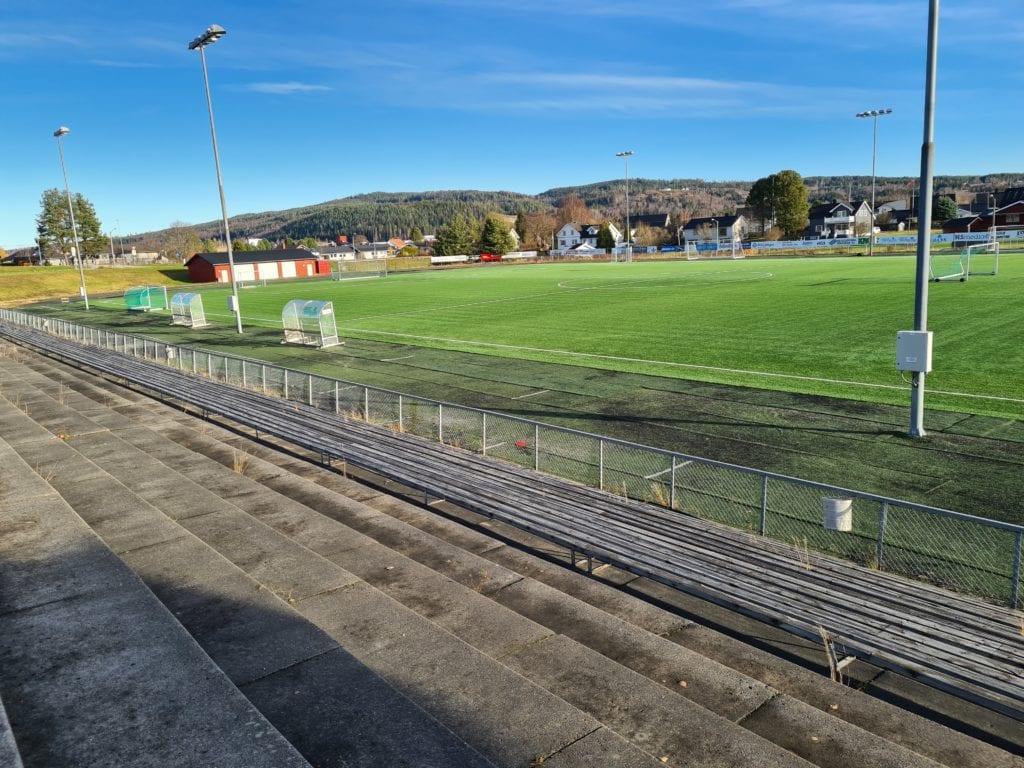 KLART IGJEN: Kommunelegen har anbefalt idrettslaget å gjenoppta treningene. Med det blir det igjen liv og røre på blant annet fotballbanen på Kirkenær.