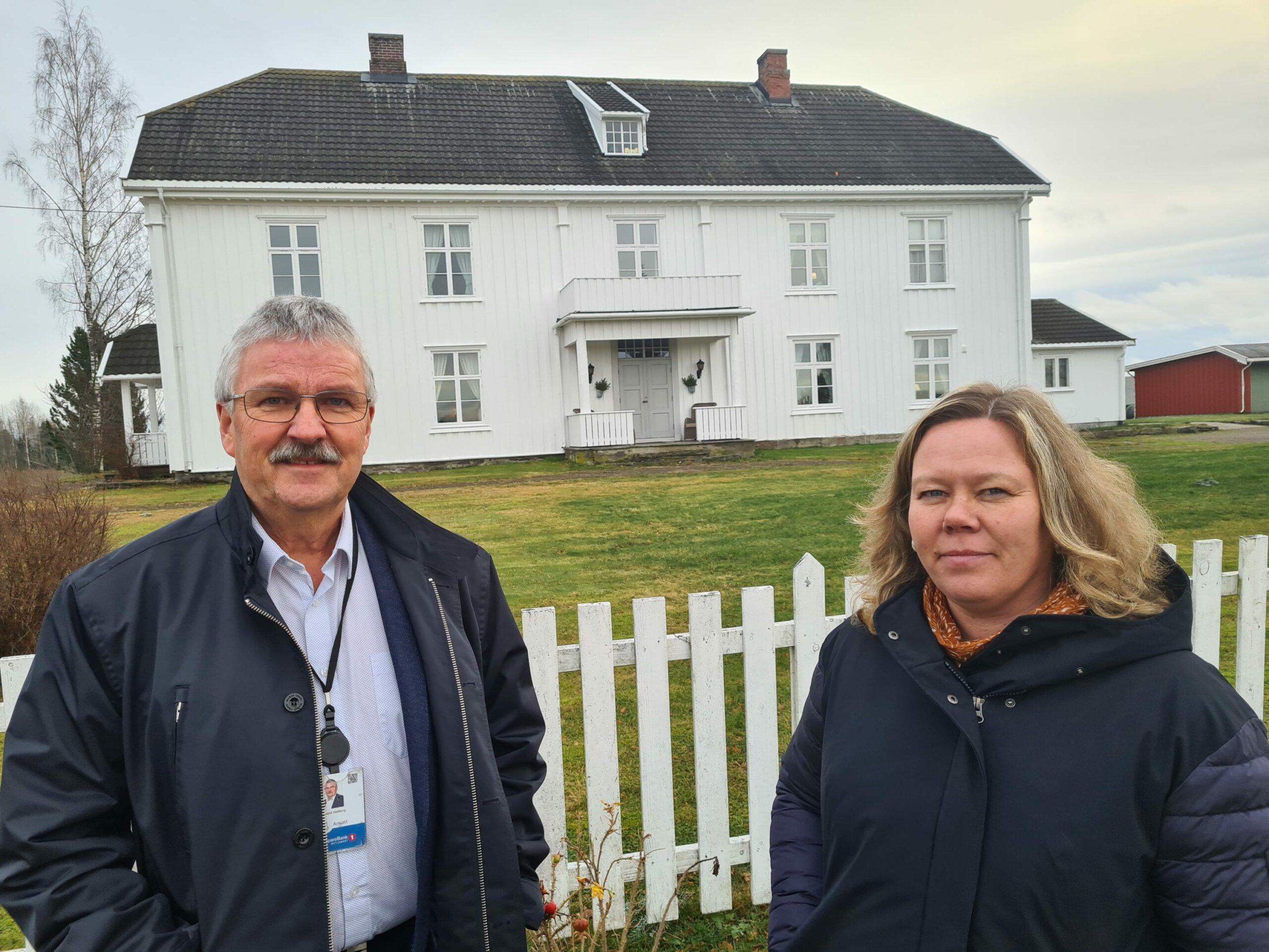 HER STARTET DET: I denne bygningen ble Hof Sparebank etablert i 1875. Konsernsjef Richard Heiberg og avdelingsbanksjef Annica Sørlundsengen var på besøk i Hof for å mimre i slutten av november.