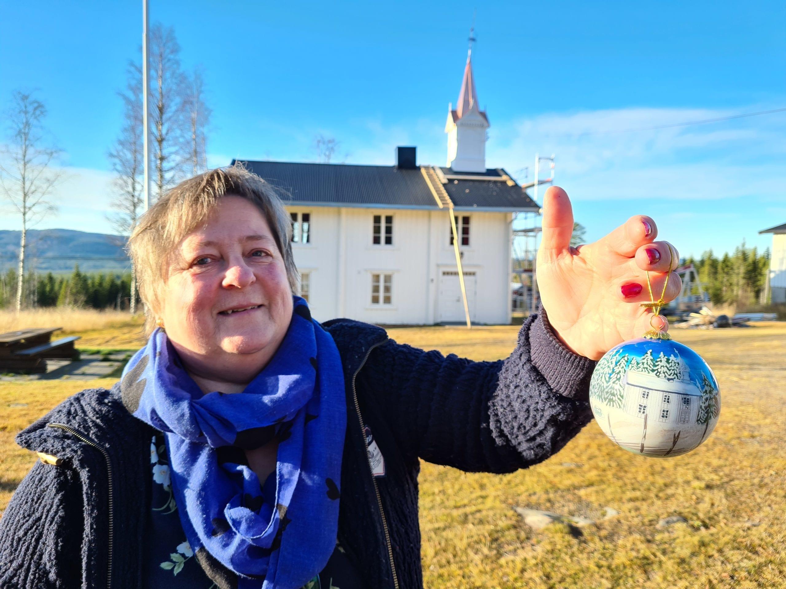 BESTILTE OPP KULER: Risberget kirkesal var den eneste kirkebygningen i Våler uten egen julekule. Liv Margrethe Rundberget tok saken i egne hender, og har nå fått produsert Risbergets egen julekule.