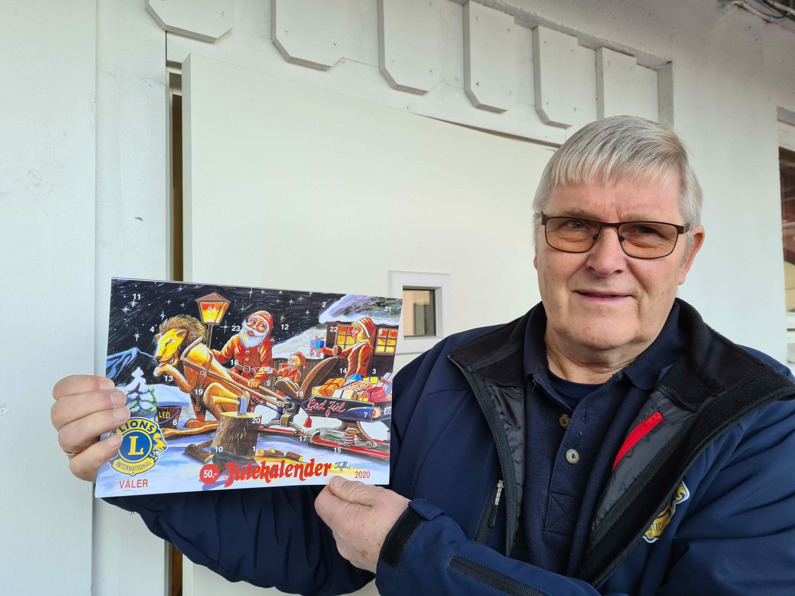ÅRETS VINNERE: Lions Club Våler er også ute med sin populære julekalender i år. Steinar Sandnæs takker alle som har kjøpt kalender i år.