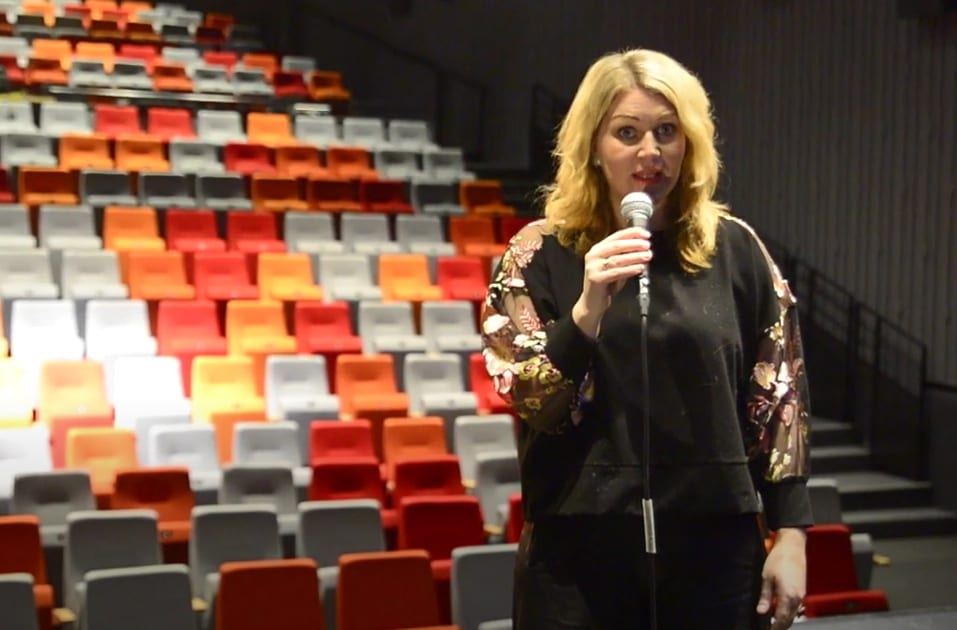 LOKAL PRODUKSJON: I Rådhuskinoen har det blitt spilt inn musikkvideo til kulturskolens julehilsen. Christine Mowinckel introduserer videoen.
