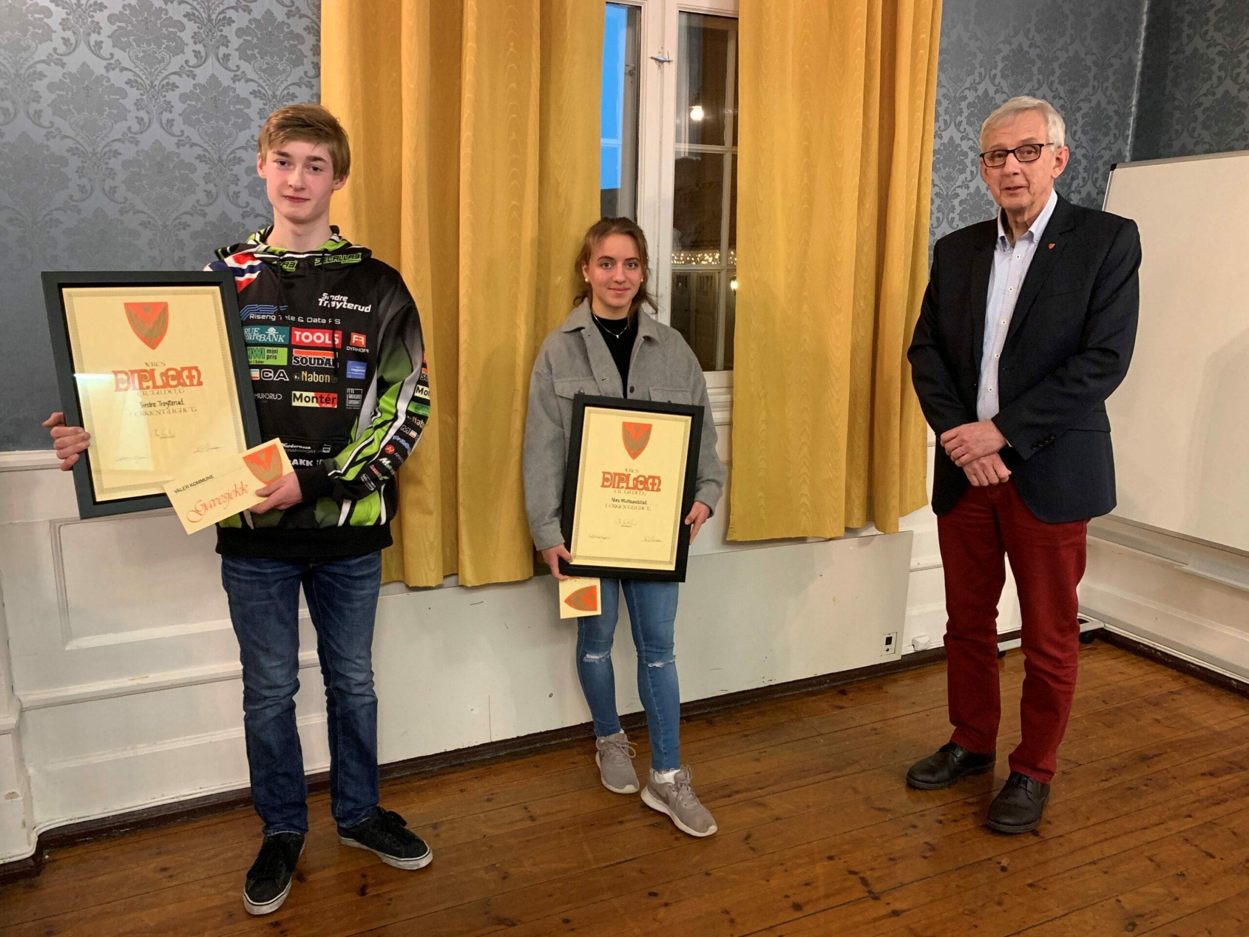 BLE HEDRET: Sindre Trøyterud (16) og Nora Midtsundstad (17) ble tildelt Våler kommunes ungdomspris mandag kveld. Ordfører Ola Cato Lie er glad for å kunne tildele prisen til to meget verdige vinnere.