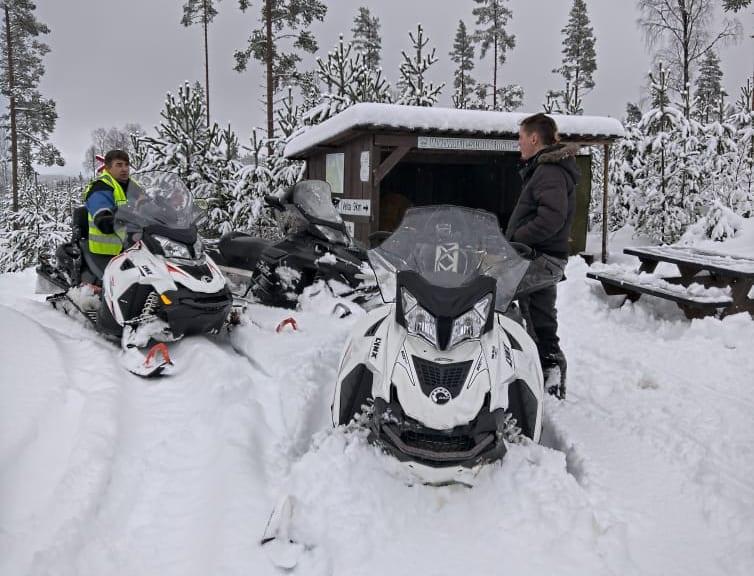 I GANG: Onsdag startet årets snøscootersesong i Åsnes. Her ser vi Jon Bredesen (til venstre) og Emil Sandvold i forbindelse med klargjøring av årets åpning.